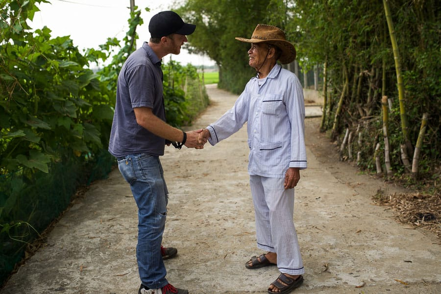 meeting local people during the sunset photography tour in hoi an