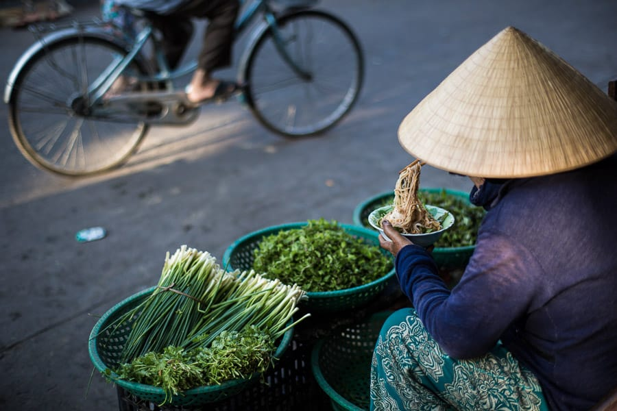 woman eating breakfast in hoi an market during hoi an photo tour