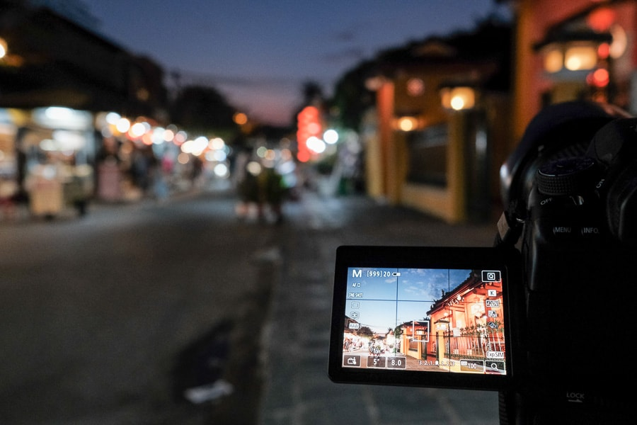 Taking photos of hoi an old town with hoi an photo tour