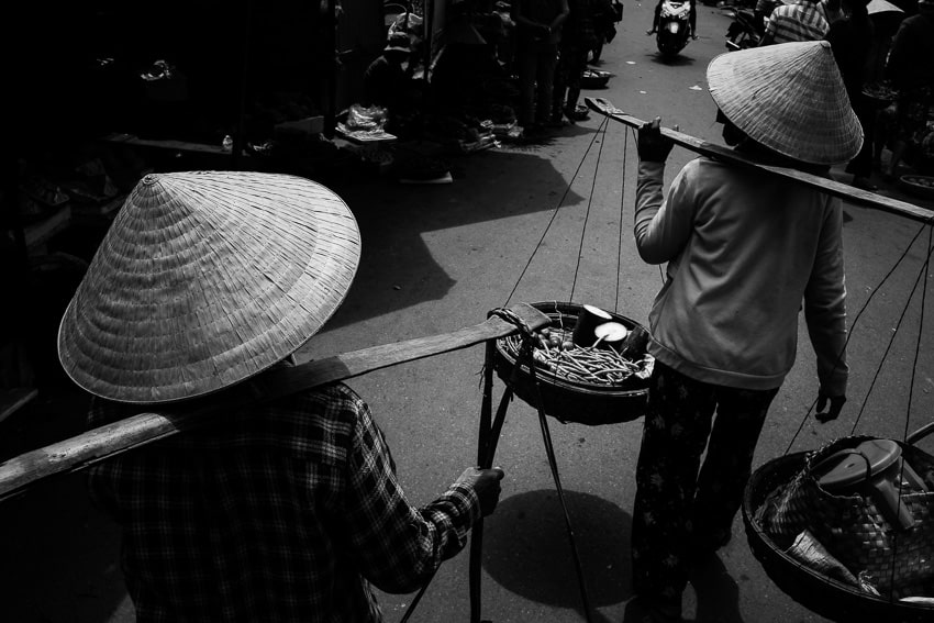 Taking photos of people in hoi an market with hoi an photo tour