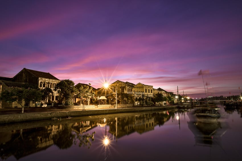 Taking photos of Hoi An old town before sunrise with hoi an photo tour and workshop