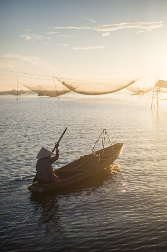 Taking photos of the fishermen on hoi an river at sunrise with hoi an photo tour and workshop