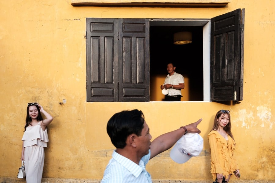 street photography in front of Tan Ky traditional house in Hoi An by Andy Barker